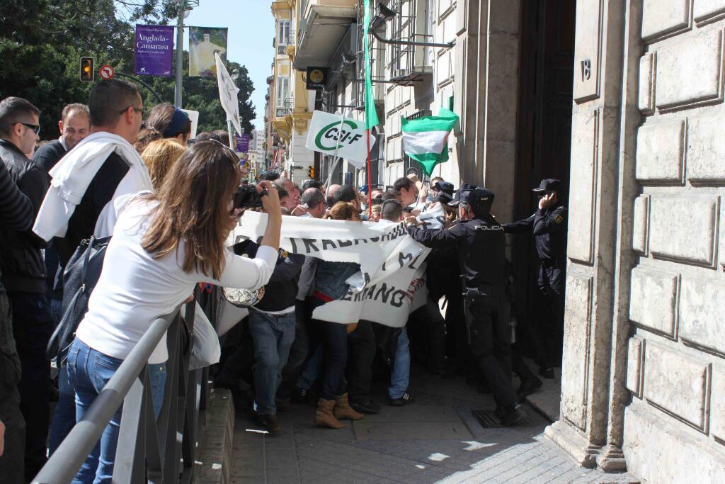 [Málaga] La lucha contra el ERE y los 380 despidos de los trabajadores de Isofotón ... BE10HuKCEAEpYA2.jpg+large