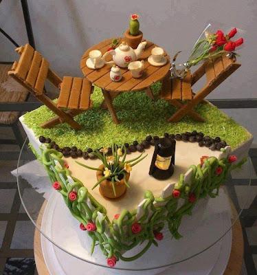 Tarta con mesa y sillas de jardín