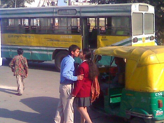 http://3.bp.blogspot.com/-gxaWbibE35E/TcZjJZvVKDI/AAAAAAAAAHs/RdNl1TCqI0c/s640/School+Girl+%2526+Boy+Hot+Kissing+Pics+on+Bus+stand.jpg