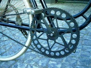 Sepeda yang sering dipakai waktu sekolah juga memanfaatkan konsep roda dan poros
