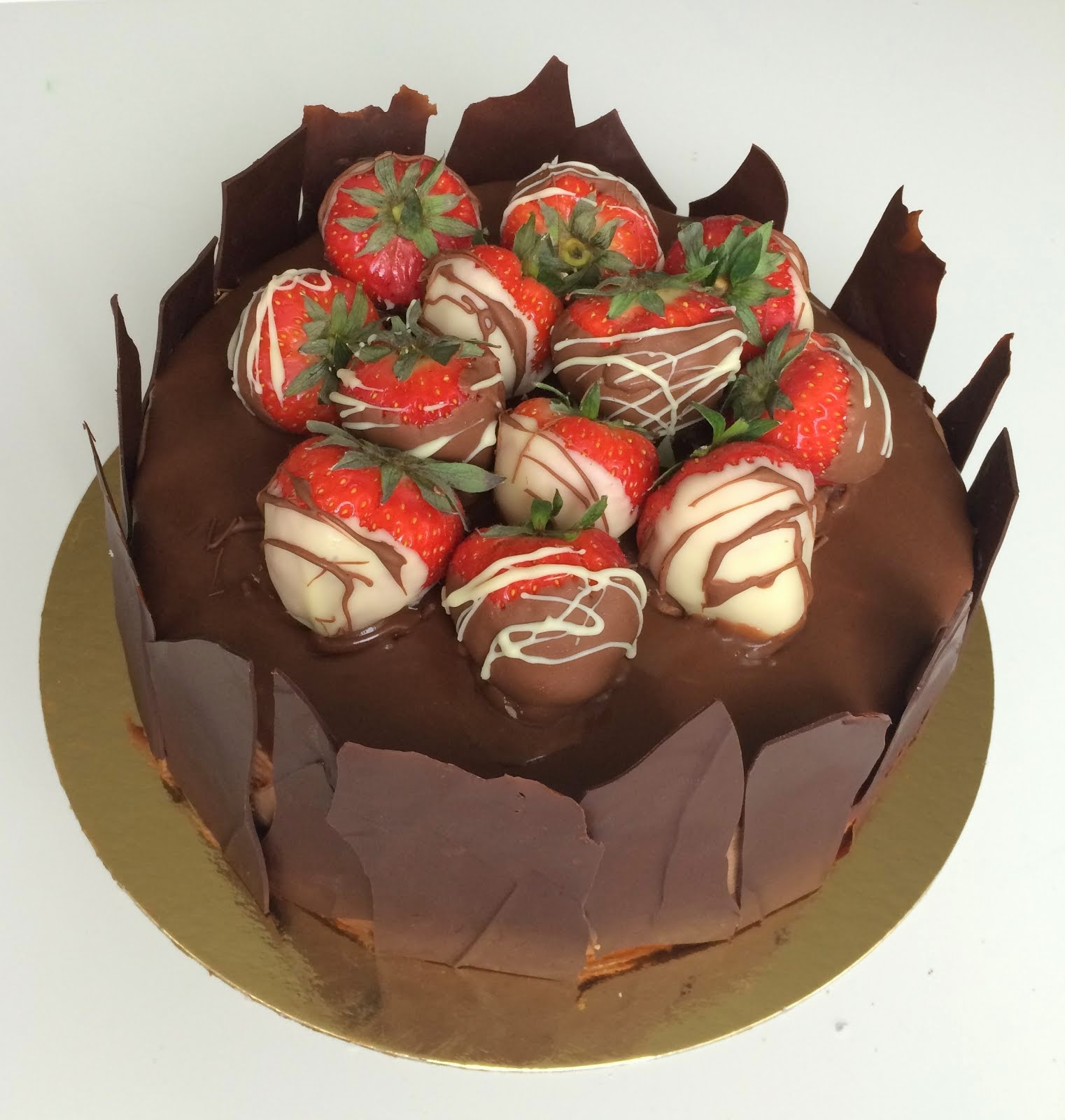Chokladtårta med chokladdoppade jordgubbar