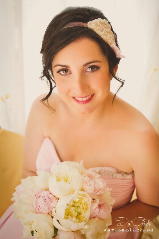 tocado de novia para el pelo y ramo de flores de peonias