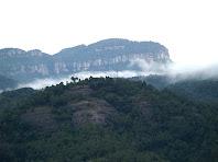 Les Roques d'Aguilar i darrere seu els Cingles de Gallifa des de la Carena de l'Illa