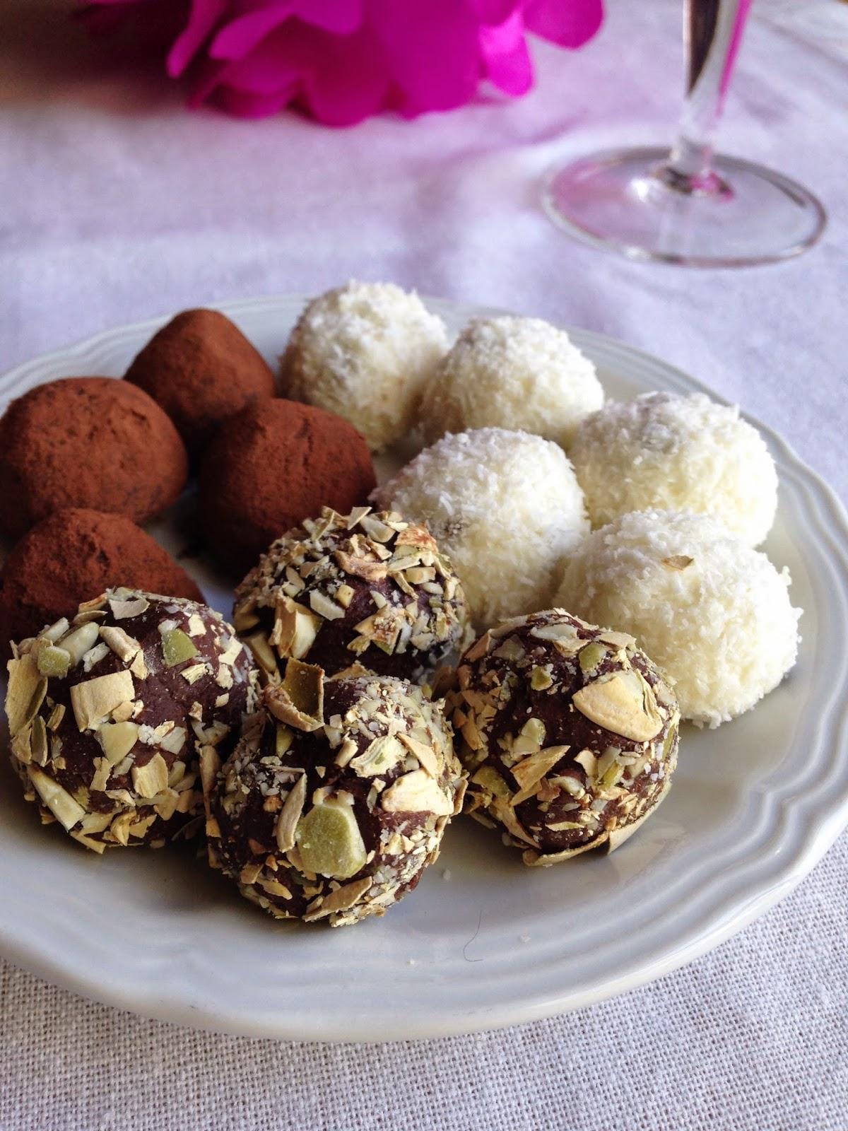 mini tartufi dolci: al cacao e peperoncino, al cocco e ricotta e biscottati con i semi di zucca