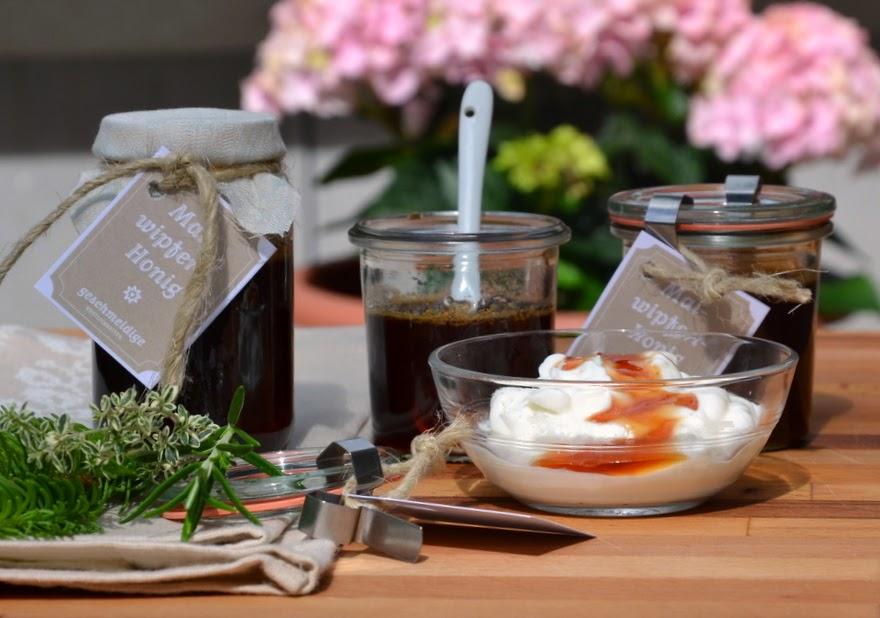 Gläser mit Honig aus Maiwipferl