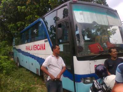 http://3.bp.blogspot.com/-gyyQEtE5ELM/T-TE5jK-5wI/AAAAAAAABYE/M-56bwJQOms/s640/foto+bus+nyasar+di+hutan+1.jpg