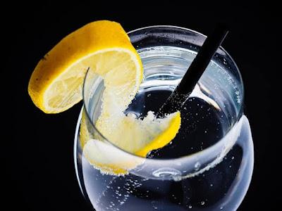 Segelas air putih yang dicampur dengan lemon