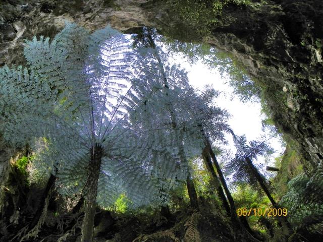 Vista de la cueva desde la piscina de los espejos