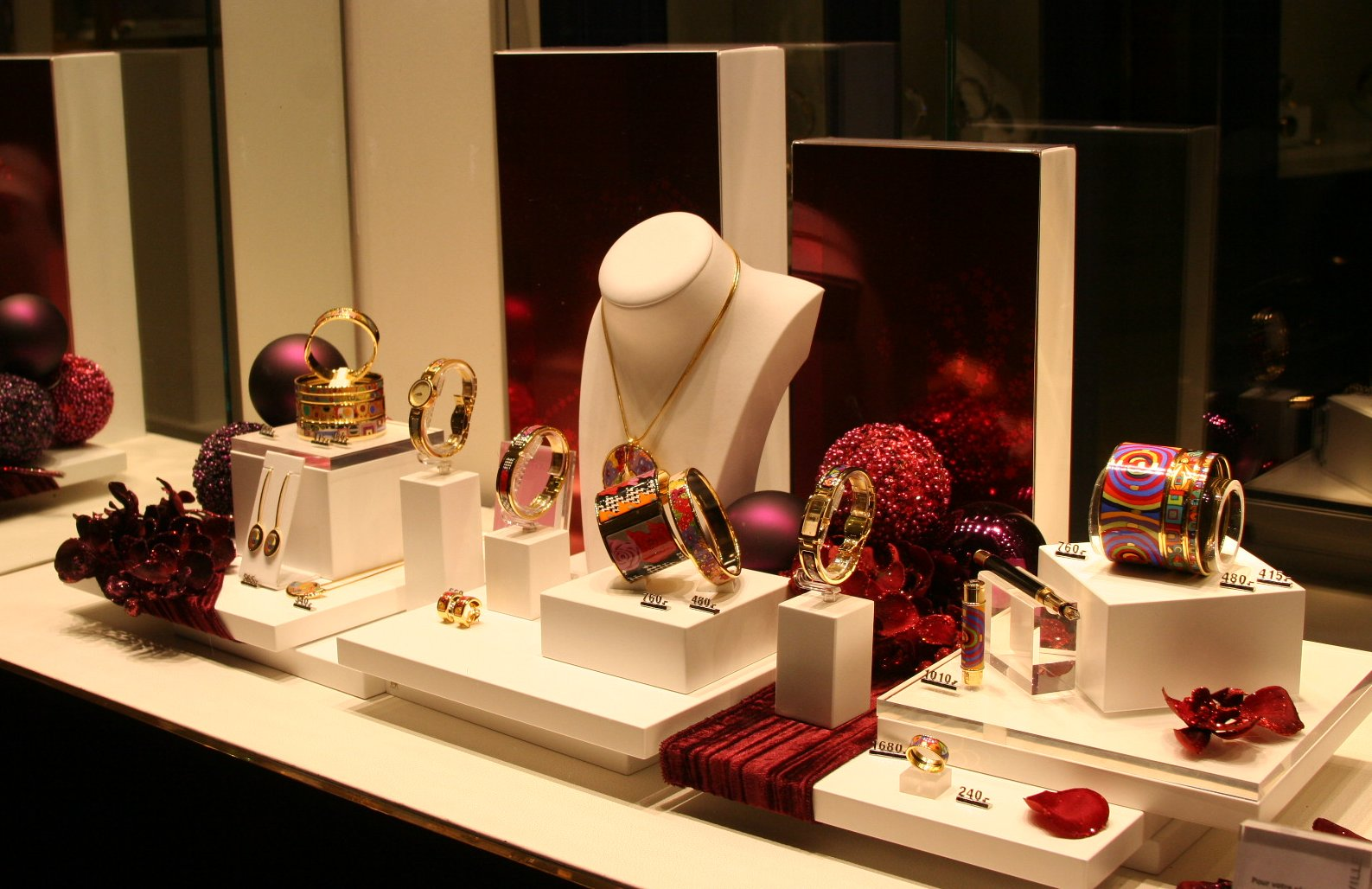 Visual merchandising jewellery display for Jewelry displays
