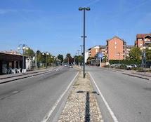 Cedimento asfalto e strisce pedonali mancanti in via Moccagatta