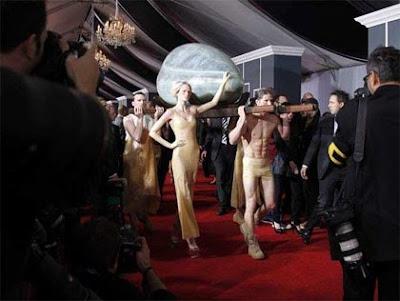Lady Gaga en Alfombra Roja de Grammy 2011
