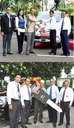 Foto penyerahan hadiah mobil