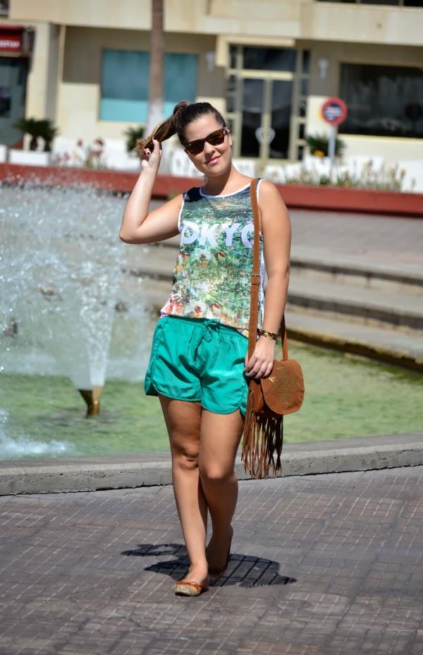 camiseta_tokyo_look_outfit_tonos_verdes_bolso_flecos_primark_bailarinas_puntera_glitter_nudelolablog_02