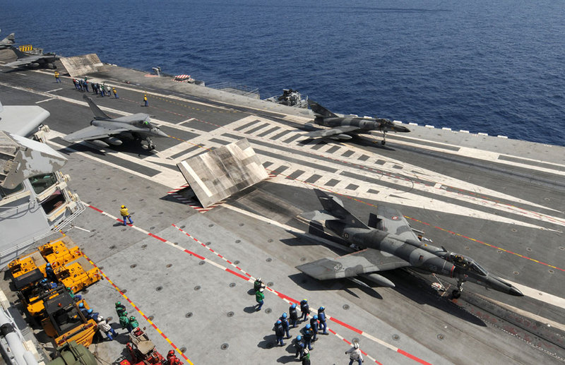 marine et aéronavale French+Navy+CDG+Carrier+%2528R91%2529%252C+launching+his+aircrafts.+Super+Etendard+and+Rafale+on+the+CDG+catapults