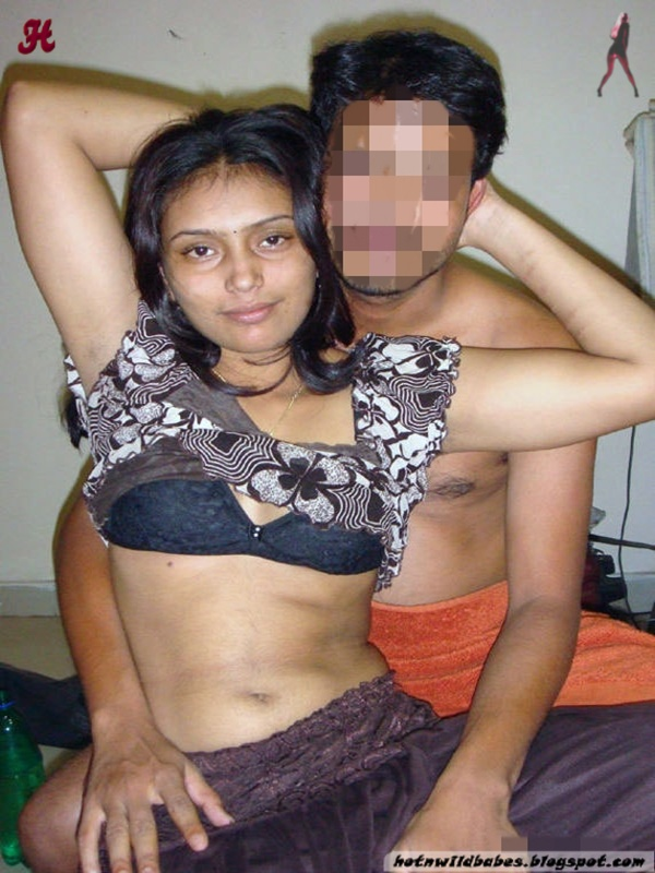 Desi bhabhi right boob exposed by her lover