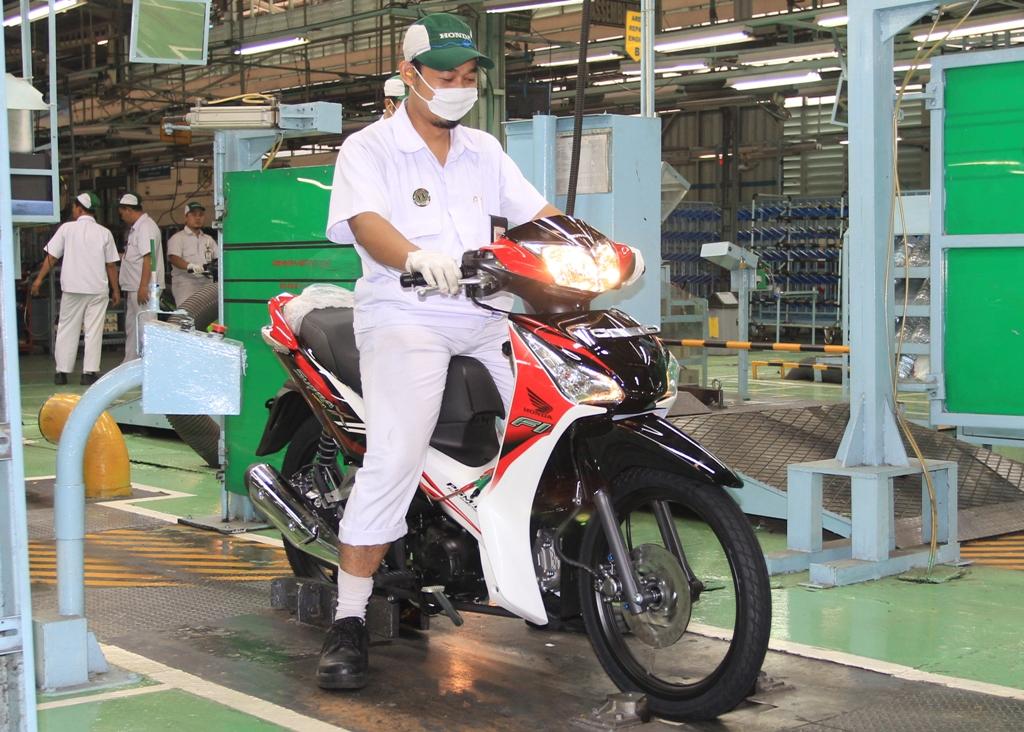 (AHM) meluncurkan Honda Supra X 125 Helm in PGM-FI dengan striping  title=