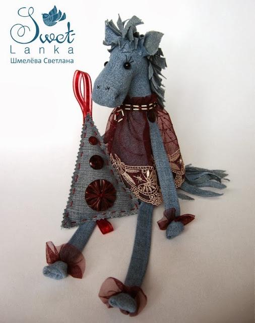 синяя лошадь в платье