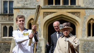 Next London Olympics 2012 : Olympic Flame Greeted by The Queen