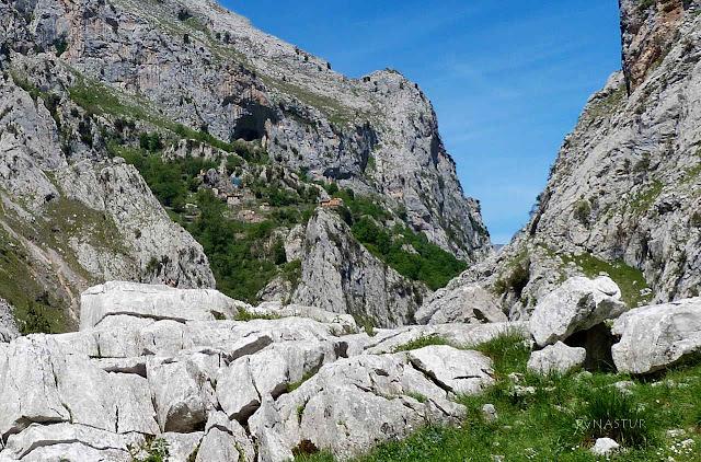 Vista de Camarmeña desde La Canal del Texu en Picos de Europa