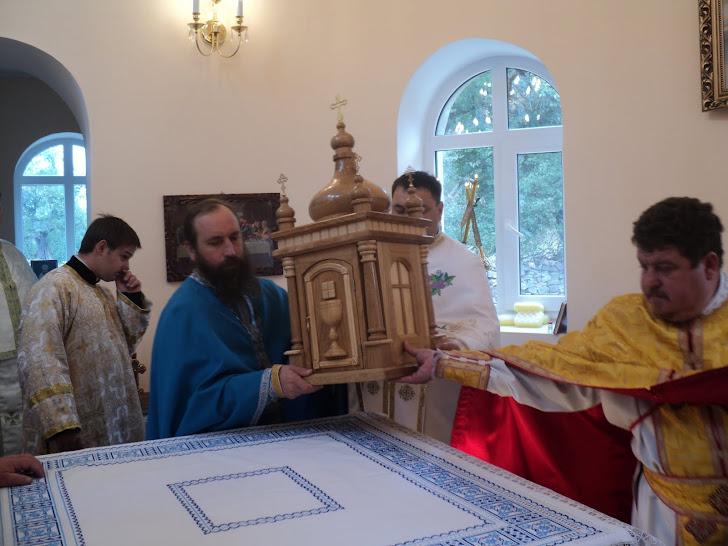 Покладення кивота на св.жертовник в церкві с.Різдв'яне
