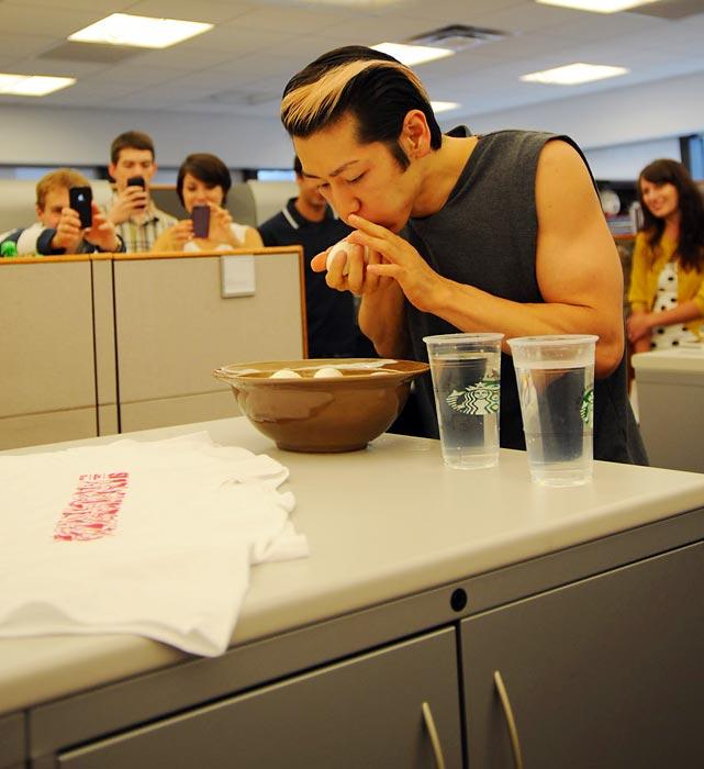 Takeru Kobayashi makan 32 biji telur rebus dalam seminit