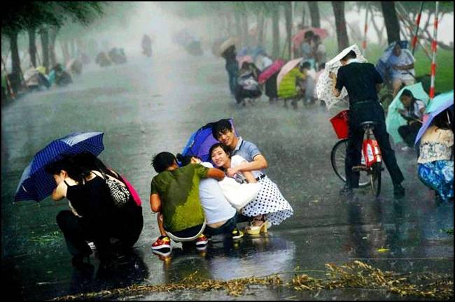 A Powerful Typhoon in Shangai, China Seen On www.coolpicturegallery.us