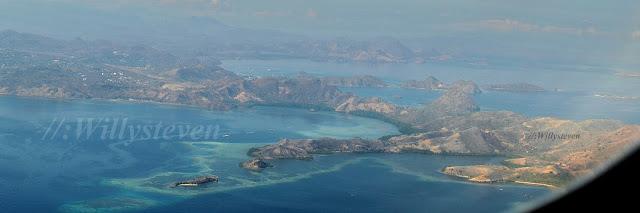 La isla de Komodo es una pequeña isla de Indonesia ubicada en las islas menores de la Sonda. Es famosa por albergar a los dragones de Komodo. Administrativamente, pertenece a la provincia de Nusatenggara Oriental. [editar]Geografía  Komodo se encuentra entre la isla de Sumbawa al oeste y la de Isla de Flores al este. Tiene una extensión de 390 km². La isla pertenece al Cinturón de Fuego del Pacífico y es por lo tanto de origen volcánico. Su punto culminante es el monte Satalibo (Gunung Satalibo), de 735 m de altitud.