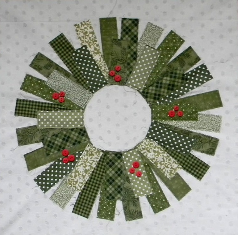 Quilt Inspiration: Free pattern day: Christmas part 2: Gifts, ornaments and wreaths