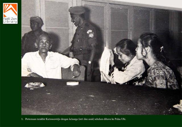 Pertemuan Terakhir Kartosoewirjo dengan Keluarga (istri dan anak) sebelum di bawa ke Pulau Ubi