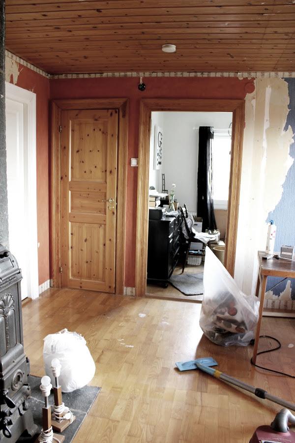 före och efter renovering, nytt arbetsrum, bild på hur arbetsrummet såg ut före renovering, måla furu till vitt, vitt och grått arbetsrum, renovera arbetsrum,