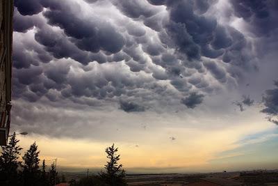 Έρευνα: Πριν από έναν σεισμό τα σύννεφα αλλάζουν χρώμα κι ένα απόκοσμο μπλε και λευκό φως απλώνεται στον ουρανό