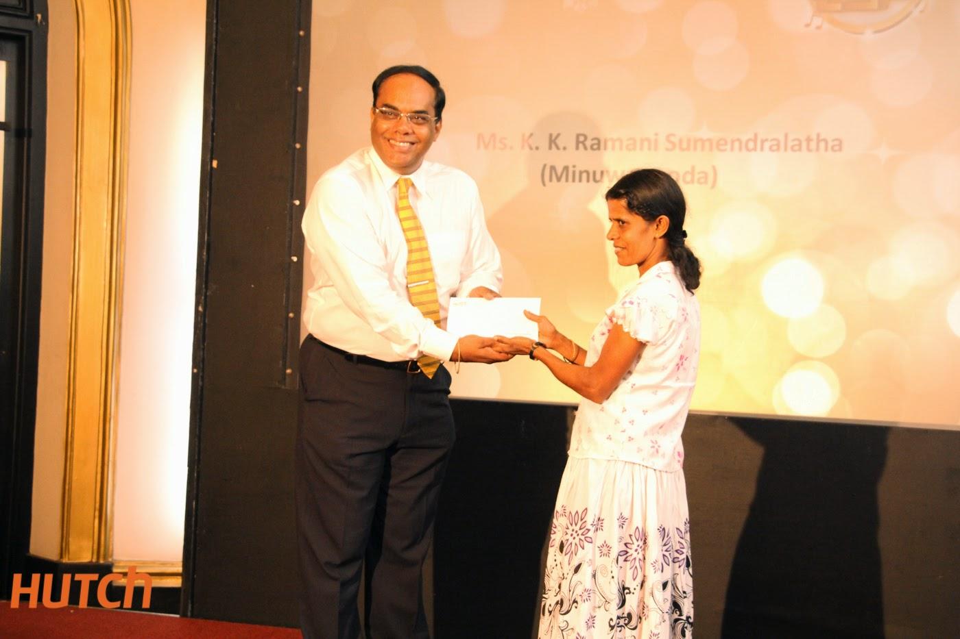 ThirukumarNadarasa_CEOHutch Presenting an prize to Ramani