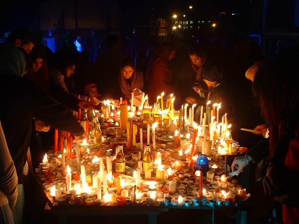 http://3.bp.blogspot.com/-h1hi9ykc9sc/TnnV59UvfII/AAAAAAAAAag/g8bUVq_6QxQ/s1600/happy-diwali-family-celebrat-wallpaper.jpg