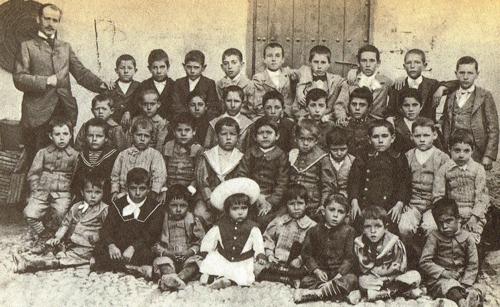 Lorca en su colegio de Fuente Vaqueros. Él está en medio con un gorro blanco