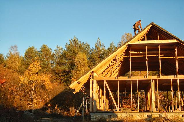 Konstrukcja-drewniana-domu-z gliny-i-slomy