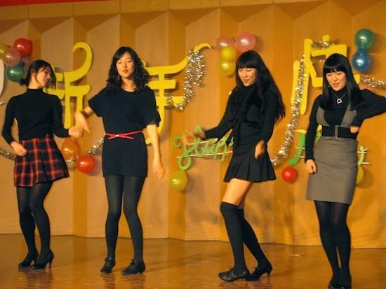 Кореянки тщательно ухаживают за кожей и волосами и используют немыслимое количество косметики и косметических средств. Без макияжа кореянки не выходят на улицу.