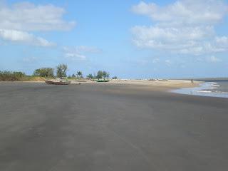 a costa zambeziana, mesmo na sua rusticidade, teima em surpreender-nos com locais belíssimos