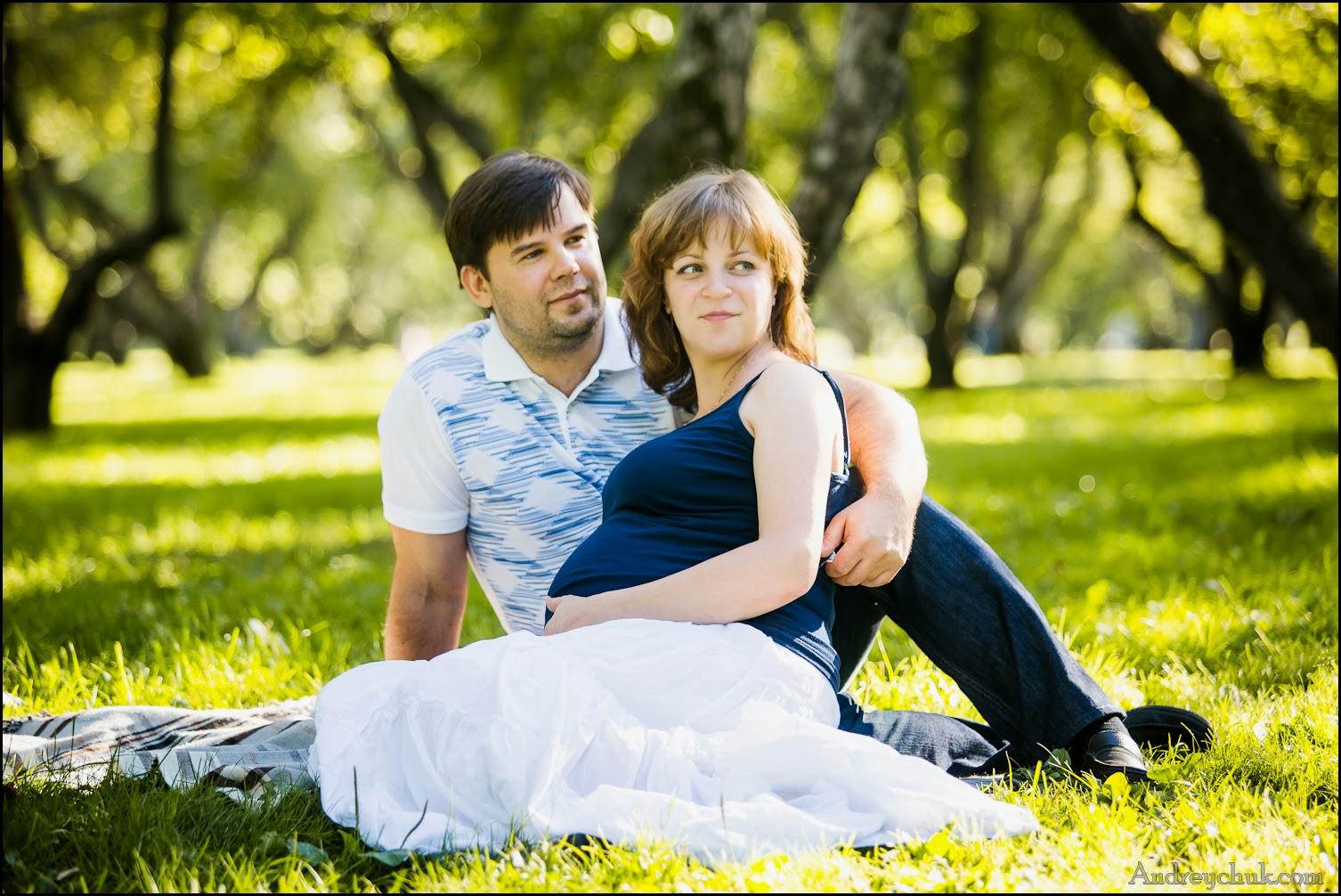 пара в ожидании в парке