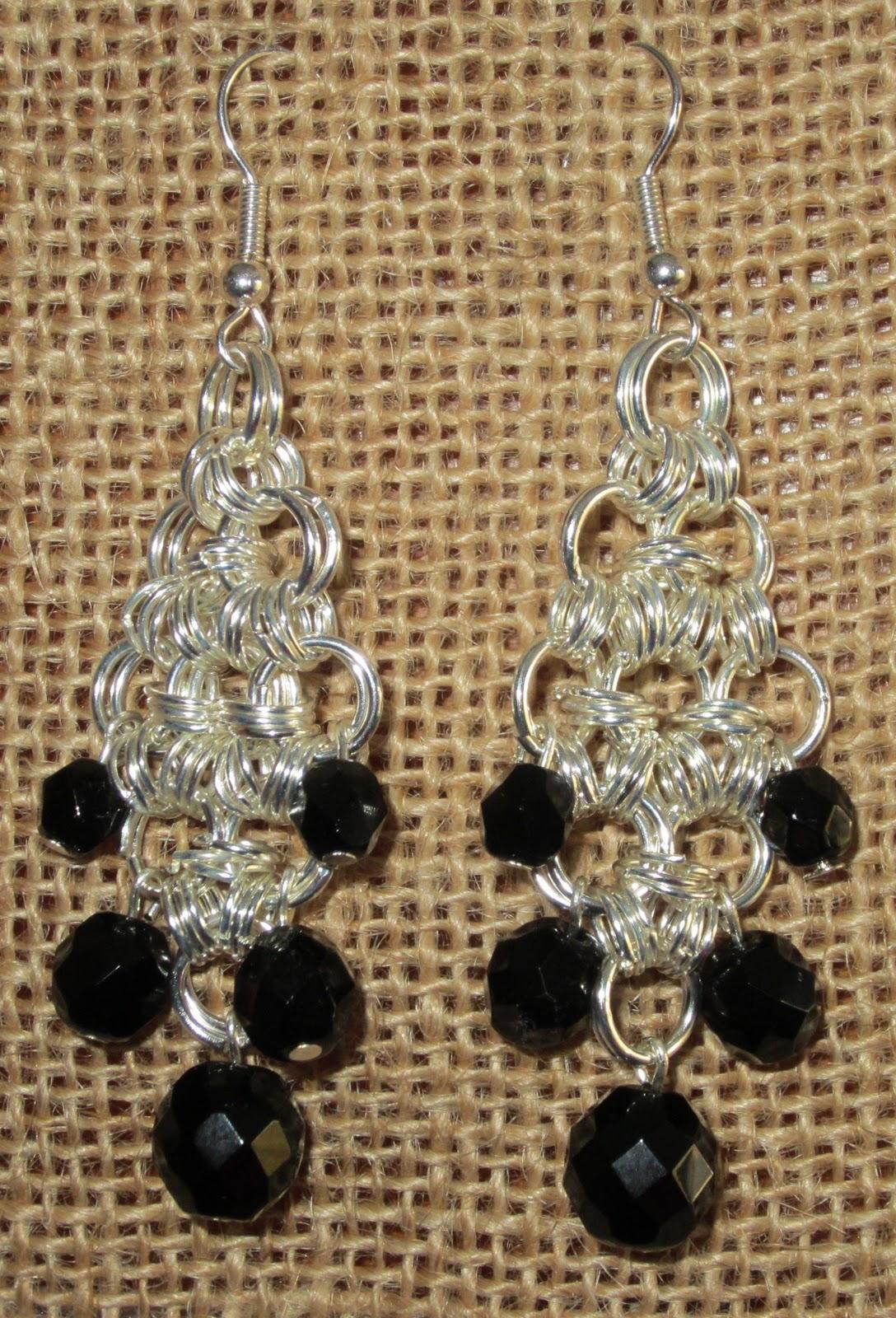 El esquema esta sacado de Beads Perles. Están hechos con la técnica de chainmaille.Preparé estos pendientes como tema para una de las clases de bisutería