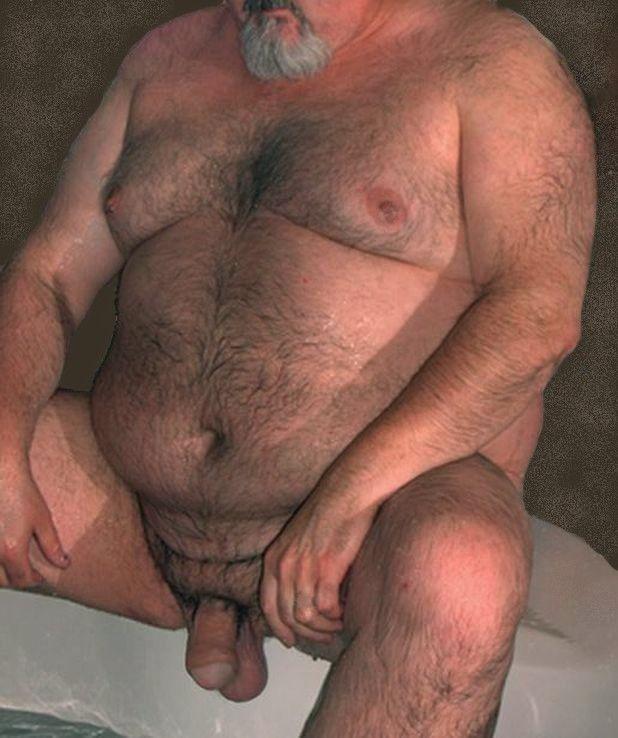 lo encontré completamente desnudo junto al ventanal liberado de sus