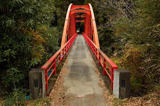 ダム湖にかかる橋
