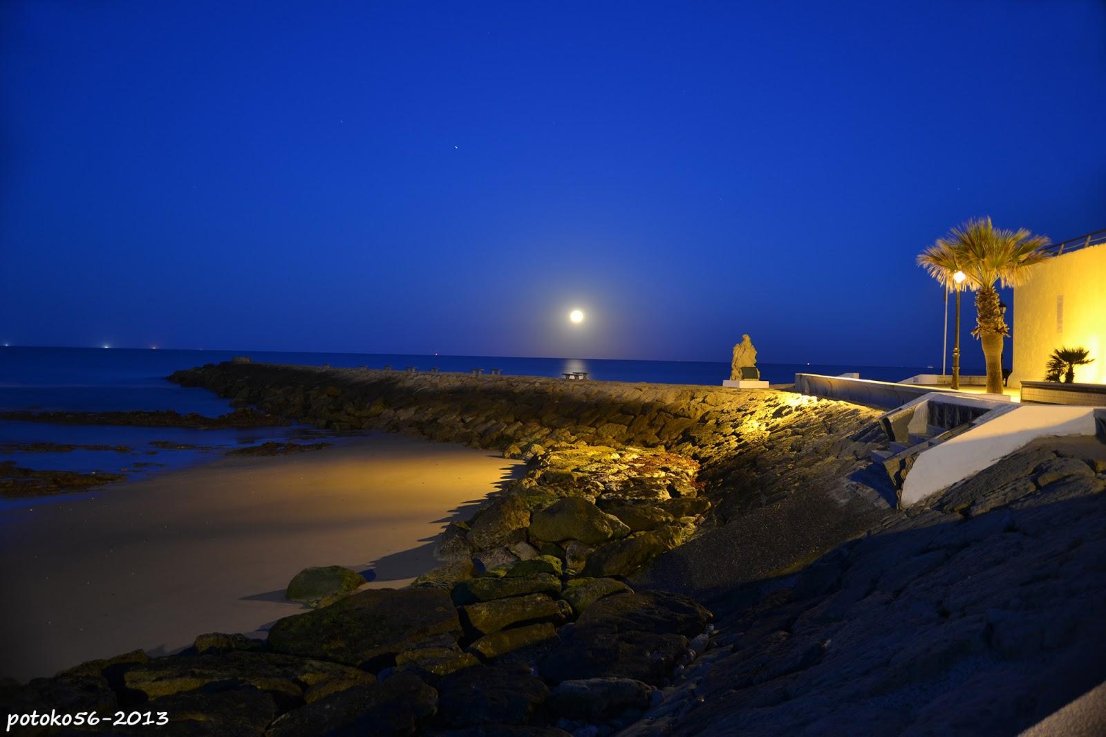 la luna llena sobre el mar y el espigon Rota