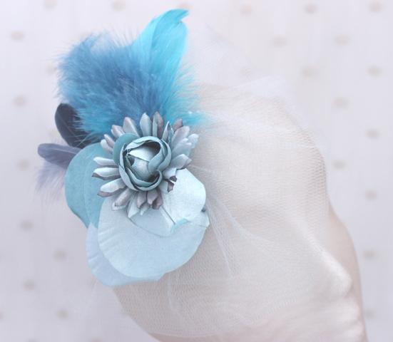 Colección De Viaje - Tocado de cara Aguamarina flor y pluma