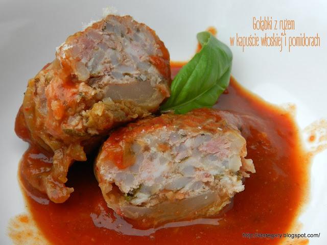 Gołąbki z ryżem w kapuście włoskiej i pomidorach
