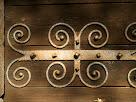 Detall del forjat de la porta de la capella