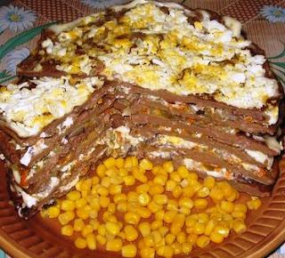 Печёночный тортик с грибами и солеными огурцами