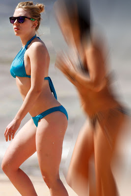 Scarlett Johansson in blue bikini, candid pic 2