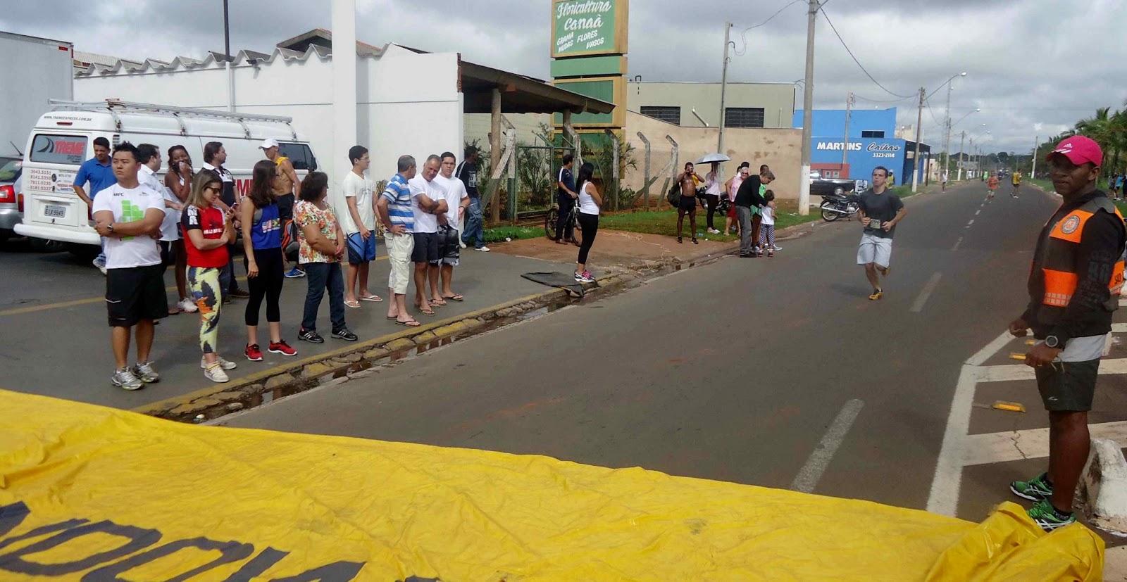 Foto 149 da 1ª Corrida Av. dos Coqueiros em Barretos-SP 14/04/2013 – Atletas cruzando a linha de chegada