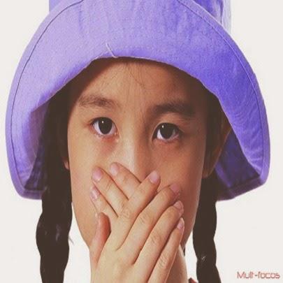 Criança com as mãos no nariz