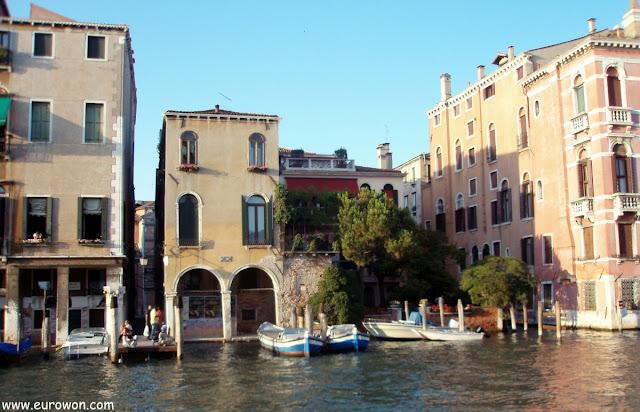 Barcos atracados en un canal de Venecia